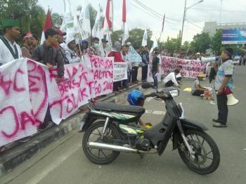 Puluhan mahasiswa yang tergabung dalam aliansi pemuda bersatu menggelar demo di Bundara Besar, Palangka Raya, Kamis (12/1/2017) sekitar pukul 14.30 WIB. (BORNEO/BUDI YULIANTO)
