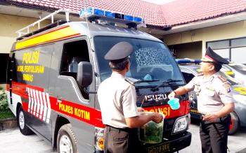 Kapolres Kotawaringin Timur, AKBP Hendra Wirawan menyiramkan air kembang yang biasanya disebut dengan tamping tawar untuk mobil bioskop keliling bantuan Mabes Polri, Kamis (12/1/2017). BORNEONEWS/M. HAMIM