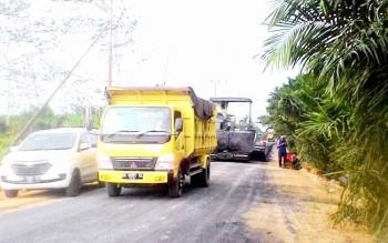 Pengaspalan jalan di Jalan Poros di Karang Anyar, Kelurahan Mendawai, Kabupaten Kotawaringin Barat. BORNEONEWS/KOKO SULISTYO