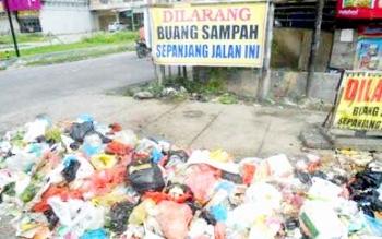 SPANDUK - Spanduk larangan membuang sampah tidak digubris. Warga sering membuang sampah sembarangan, termasuk di lokasi larangan. BORNEONEWS/FAHRUDDIN FITRIYA