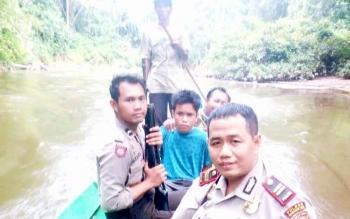 Kapolsek Mentaya Hulu, Iptu Syaifullah bersama anggotanya membawa tersangka pencurian menggunakan perahu kelotok. BORNEONEWS/M. HAMIM