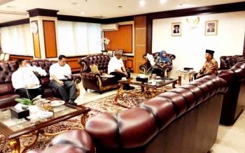 Gubernur Kalteng Sugianto Sabran bertemu Menteri Sosial Khofifah Indar Parawansa di rung kerjanya, Kamis (12/1/2017). BORNEONEWS/M ROZIQIN