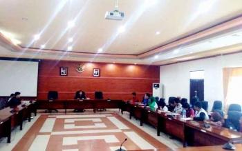 Suasana diskusi BEM mahasiswa dengan DPRD Kapuas. BORNEONEWS/DJEMMY NAPOLEON
