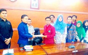 Rahmat Syawal, Koordinator Aksi Bela Rakyat menyampaikan tuntutannya kepada Ketua DPRD Kapuas, Algrin Gasan S Hut, didampingi Berinto dan Arkianto, Kamis (12/1). BORNEONEWS/DJEMMY NAPOLEON