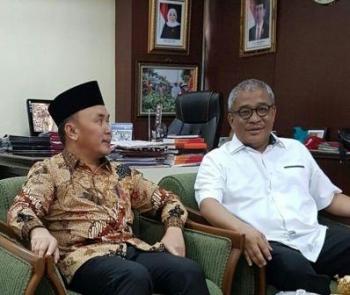 Gubernur Sugianto berbincang dengan salah satu Dirjen di ruangan Mensos RI Khofifah Indar Parawansa, Kamis (12/1/2017). BORNEONEWS/M ROZIQIN
