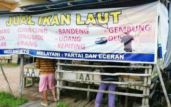Warga membeli ikan pada salah satu kios penjual ikan laut di Pasar Kasongan, Jumat (13/1/2017). BORNEONEWS/ABDUL GOFUR