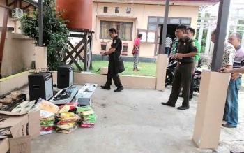 Petugas Kejati Kalteng saat mendata peralatan kesenian di halaman Kantor Disparpora Kabupaten Murung Raya, Kamis (12/1) lalu. BORNEONEWS/SUPRIADI
