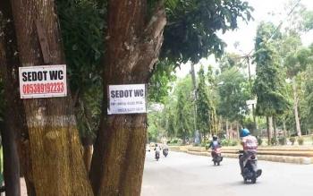 Beberapa iklan penyedia jasa sedot wc yang diduga masih ilegal banyak terpampang di pohon-pohon pinggir jalan protokol Pangkalan Bun. BORNEONEWS/CECEP HERDI