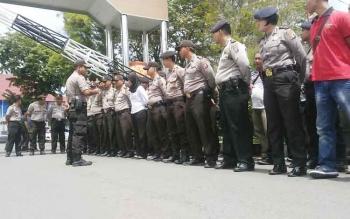 Personel Polres Palangka Raya melakukan upacara seusai melaksanakan tugas pengamanan di Kantor Gubernur Kalimantan Tengah, Jumat (13/1/2017). BORNEONEWS/RONI SAHALA