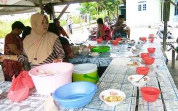 Sejumlah warga menunggu giliran untuk mendapat makanan dari pengelola warung sedekah. BORNEONEWS/FAHRUDDIN FITRYA