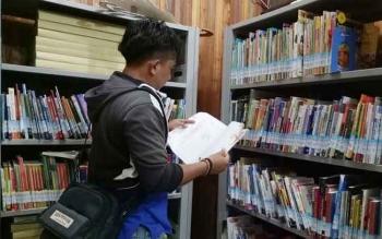 Pengunjung DKP SUkamara saat memilih buku di perpustakaan. BORNEONEWS/NORHASANAH