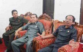 Wakil Ketua DPRD Gunung Mas, Punding S Merang (tengah) berbincang dengan Ketua DPRD Gumer dan anggota DPRD Heri A Junas. BORNEONEWS/EPRA SENTOSA