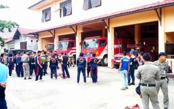 Anggota Satpol PP Kabupaten Barito Utara memperhatikan petugas Pemadam Kebakaran mempraktikkan cara menggunakan selang saat pelatihan penanganan bencana kebakaran, Jumat (13/1/2017). (BORNEO/RAMADHANI)
