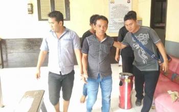Tiga kurir sabu yakni Ramadhani, Ansyari, dan Saprudin digiring petugas kepolisian untuk menjalani pemeriksaan, Jumat(13/1/2017). (BORNEONEWS/RAMADHANI)