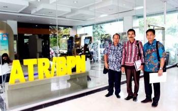 Wakil Ketua II DPRD Barito Utara Acep Tion (tengah) bersama anggota Komisi C Purman Jaya dan Hasrat saat kunjungan ke Kementerian Agraria dan Tata Ruang. (BORNEO/RAMADHANI)