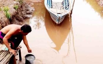 ILUSTRASI: Warga Kapuas memanfaatkan air sungai sehari-hari. Direktur PDAM Kapuas, Widodo, di Kuala Kapuas, Jumat (13/1/2017), mengatakan, mulai Desember 2016, warga sudah bisa menikmati air baku PDAM. BORNEONEWS/DJEMMY NAPOLEON