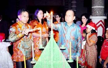 Bupati Kapuas Ir Ben Brahim S Bahat didampingi Isteri menyalakan lilin Batal dalam suasana ibadah Natal di Sekertariat Daerah Kabupaten Kapuas, Kamis (12/1/2017) malam. BORNEONEWS/DJEMMY NAPOLEON