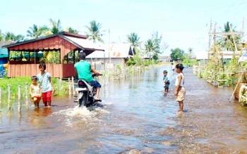 Jalan pada kawasan pemukiman warga Desa Sungai Undang sewaktu mengalami banjir akibat luapan air sungai Seruyan yang pasang, beberapa waktu lalu. BORNEONEWS/PARNEN