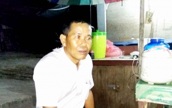 Yadi, seorang pedagang di Pasar Temenggoeng Djaja Kartie di Tamiang Layang. BORNEONEWS. AMAR ISWANI