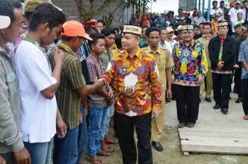 Bupati Kapuas Ben Brahim S Bahat saat berkunjung ke Desa Tumbang Muroi, bersalaman dengan warga, Jumat (13/1/2017). BORNEONEWS/DJEMMY NAPOLEON
