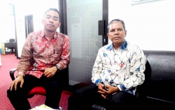 Kasubag Pengawasan OJK Kalteng, Budiman P Siahaan (kanan) dan Aditya W Pengawas pada OJK Kalteng. BORNEONEWS/TESTI PRISCILLA
