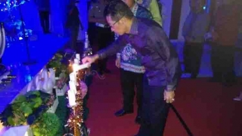 Bupati Murung Raya Perdie M Yoseph menyalakan lilin dalam acara perayaan Natal di Polres setempat, Jumat (13/1/2017) malam ini. BORNEONEWS/SUPRI ADI