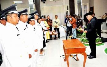 Pejabat Bupati Kotawaringin Barat, Nurul Edy saat melantik sejumlah Kepala Desa di Aula Kantor Pemkab Kobar. BORNEONEWS/FAHRUDDIN FITRIYA