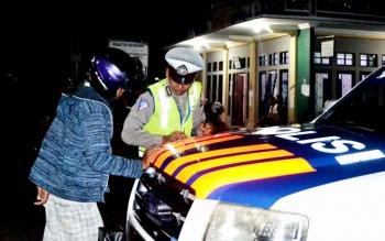 Anggota Satlantas Polres Seruyan ketika menilang seorang pengendara bermotor yang melanggar aturan lalu lintas di ruas Jalan MT Haryono Kuala Pembuang, beberapa waktu lalu. BORNEONEWS/PARNEN
