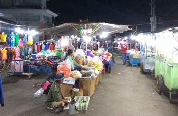 Aktivitas Pasar tungging yang biasanya malam Senin selalu ramai dikunjungi masyarakat, Jumat malam, (13/1/2017)