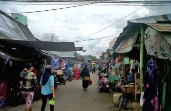 Suasana Pasar Kasongan Kabupaten Katingan. Harga ayam potong di Kasongan saat ini tembus Rp42 ribu per kilogram. BORNEONEWS/ABDUL GOFUR