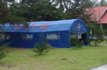 Sebuah tenda besar milik BNPB Seruyan yang dipinjam dan didirikan oleh mahasiswa UNDA di lokasi pantai Sungai Bakau, Sabtu (14/1/2017). BORNEONEWS/PARNEN