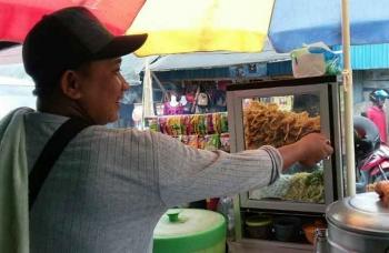 Amin, penjual pentol dan friedchicken yang mangkal di seputaran Pasar Kasongan, Sabtu (14/1/2017). BORNEONEWS/ABDUL GOFUR