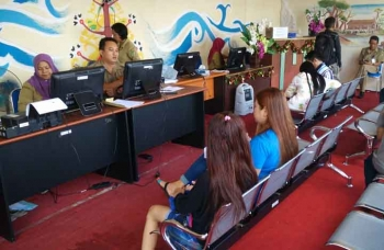 Suasana di kantor Dinas Kependudukan dan Catatan Sipil Barito Utara, warga menunggu berkas dan giliran untuk melakukan perekaman kartu tanda penduduk elektronik (e-KTP). BORNEONEWS/RAMADHANI