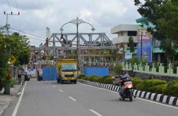 Pembangunan jembatan penyeberangan di kota Muara Teweh terlihat miring. BORNEONEWS/RAMADHANI