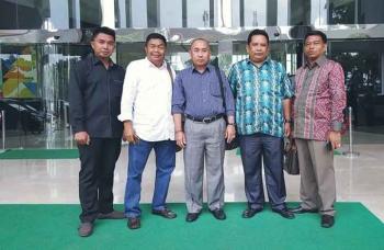 Sejumlah anggota DPRD Barut, Mustafa Joyo Muchtar, Mulyar Samsi, Abri, Suriannor, dan Tajeri saat melakukan kunjungan kerja dan konsultasi di Kementerian RI. BORNEONEWS/RAMADHANI