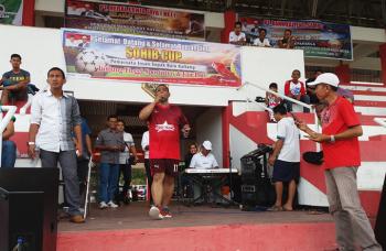 Wakil Gubernur Kalimantan Tengah, Habib H Said Ismail sedang bernyanyi menghibur para penonton pembukaan Sohib Cup U-40 di Stadion 29 Nopember Sampit, Kabupaten Kotawaringin Timur, Sabtu (14/1/2017). BORNEONEWS/M. HAMIM