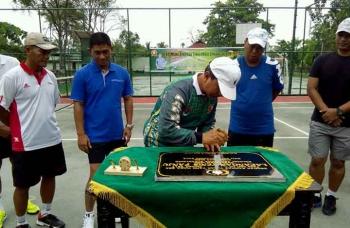 Danrem 102/Pjg Kolonel Arm M Naudi Nurdika saat menandatangani prasasti tanda diresmikannya lapangan tenis di Korem, Minggu (15/1/2017). BORNEONEWS/BUDI YULIANTO.