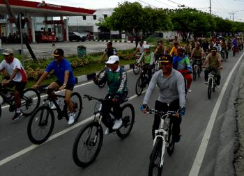 NAIK SEPEDA : Walikota Palangka Raya, Riban Satia dan Danrem 102 Panju Panjung Kol Arm M Naudi olahraga sepeda santai, Minggu (15/1/2017) pagi tadi. BORNEONEWS/BUDI YULIANTO