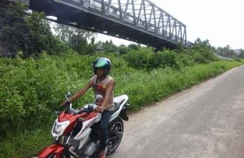 Warga melintasi lokasi bawah jembatan Seruyan. BORNEONEWS/PARNEN