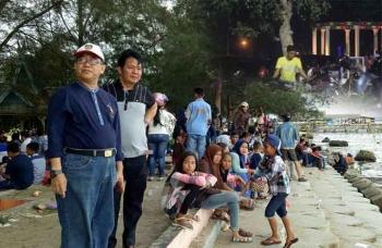 Bupati Kotawaringin Barat Nurul Edy saat berkunjung ke Pantai Kubu. BORNEONEWS/FAHRUDDIN FITRIYA
