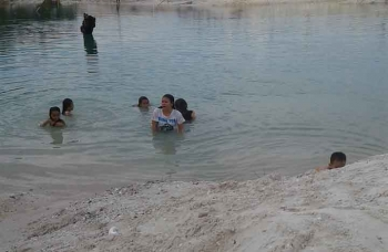 Danau bekas galian pasir wilayah Desa Muara Jaan, Kecamatan Murung, Kabupaten Murung Raya, lokasi tenggelamnya Stevan Daniel (17), Sabtu (14/1/2017). BORNEONEWS/SUPRI ADI