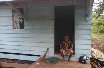 Kakek Saribi tengah bersantai di rumahnya yang dibangunkan oleh Pemkab Seruyan. BORNEONEWS/PARNEN