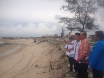 Wakil Bupati Kotawaringin Timur M Taufiq Mukri (menunjuk) bersama Camat Teluk Sampit Syamsurizal, dan Ketua KNPI Kotim Indra Rosyana, melihat pantai Ujung Pandaran yang terus tergerus abrasi, Sabtu (14/1/2017). BORNEONEWS/PARIYANTO MARMAN