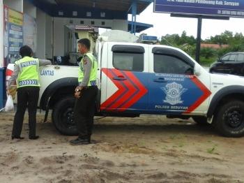 Dua orang petugas Satlantas Polres Seruyan seusai melakukan patroli jalanan. BORNEONEWS/PARNEN