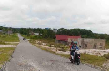 Pengendara sepeda motor melintasi jalan yang rusak di Kuala Kurun. BORNEONEWS/EPRA SENTOSA
