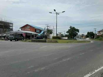 Bundaran Agung di Km 1 Kasongan ini dinilai membahayakan bagi pengendara karena tidak dilengkapi lampu lalu-lintas. BORNEONEWS/ABDUL GOFUR\\\\r\\\\n