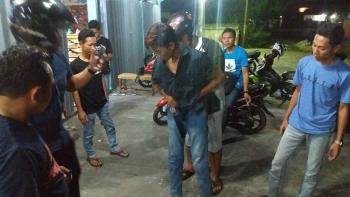 BY, pengutil di Toko Medium Chloting di Sampit, berada di antara kerumunan warga. Ia sempat dipukuli warga karena ketangkap basah mencuri. BORNEONEWS/M. HAMIM