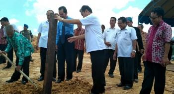 Anggota DPRD Gunung Mas Herber Y Asin (kanan) menyaksikan penancapan tiang pertama pembangunan Gereja Kalimantan Evangelis Kurun Seberang, belum lama ini. (BORNEO/EPRA SENTOSA)