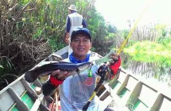 DAPAT IKAN : Budi Handoko memperlihatkan ikan yang didapat dari memancing. BORNEONEWS/YUDHA