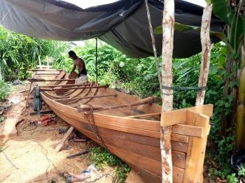 Pembuat perahu dan kelotok di Sukamara. (BORNEO/NORHASANAH)